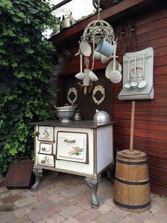 Kitchen witch in the garden Meli ! Kitchen witch in the garden Meli ! Shabby Chic Patio, Shabby Chic Kitchen, Shabby Cottage, Shabby Chic Style, Shabby Chic Decor, Old Kitchen, Kitchen Witch, Alter Herd, Front Garden Entrance