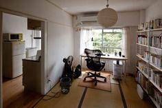 昭和30年代の住戸を大胆に改装した『観月橋団地リノベーションプロジェクト』で人気の団地です。リノベーション以外の住戸も団地クラシカルな佇まいでよし。交通、買い物の便利さも人気のわけの一つです。京都南部、便利な場所でリノベーション住宅に住みたい方にはおすすめ。暮粋」2Kタイプの部屋をご案内しましょう。 「暮粋」は団地のレトロな雰囲気を生かしつつ現在のライフスタイルに合うように改装したタイプのお部屋です。間取りはオリジナルとほぼ同じですが、設備は最新のものに取り替えられ、インテリアのアクセントとして襖の色に工夫がされています。借りて住む | 団地不動産 Japanese Home Decor, Japanese Interior, Apartment Interior Design, Interior Design Living Room, Japanese Apartment, Apartment Complexes, Cool Rooms, House Rooms, Apartment Living