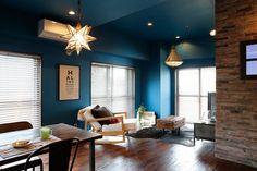 鮮やかなブルーの壁が新鮮なリビング