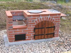 Hercules pihagrilli Backyard Kitchen, Outdoor Kitchen Design, Brick Grill, Built In Braai, Smokehouse Bbq, Backyard Movie Nights, Outdoor Stove, Backyard Fireplace, Backyard Buildings