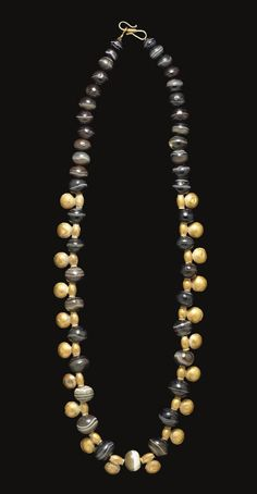 A SYRIAN BANDED AGATE AND GOLD BEAD NECKLACE -  CIRCA 5TH CENTURY B.C.