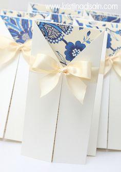 invitación en color blanco y azul. Sencillas y perfectas para todas las temáticas