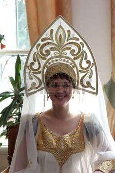kokoshnik: La mujer en kokoshnik - cabeza rusa tradicional vestido usado por las mujeres y las niñas Foto de archivo