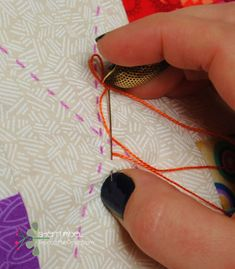 Sew Quilt Nice tutorial on big stitch, including burying your knots, which is something with which I always struggle. How to hand quilt with perle cotton - big stitch quilting tutorial Quilting For Beginners, Quilting Tips, Quilting Tutorials, Machine Quilting, Crazy Quilting, Quilting Projects, Crazy Patchwork, Modern Quilting, Hand Quilting Patterns