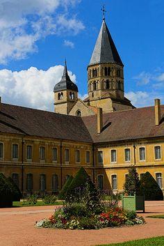 L'abbaye de Cluny, en Saône-et-Loire, fut fondée le 2 septembre 909[1] ou 910 par le duc d'Aquitaine et comte d'Auvergne Guillaume Ier. Cluny est le symbole du renouveau monastique en Occident ; l'abbaye fut un foyer de réformation de la règle bénédictine et un centre intellectuel de premier plan au Moyen Âge classique. Il n'en subsiste aujourd'hui qu'une partie des bâtiments, faisant l'objet de protections au titre des Monuments historiques.