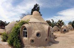 SuperAdobe es la técnica usada para la construcción de estas casa ecológicas.