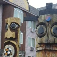Lincoln City, OR - Easter Island Totem Poles Palace Inn and Suites  Address:     550 SE US Hwy 101, Lincoln City, OR Directions:     On the east side of US Hwy 101 between 3rd and 9th Sts. Admission:     Free.  - See more at: http://www.roadsideamerica.com/tip/24722#sthash.gjuwYPm4.dpuf