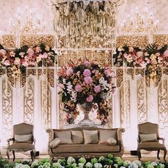 Head over heels in love with this bridal stage from Vera and Cecep's wedding! The golden palette establish an opulent atmosphere, while the inverted calla lily decor adds a unique centre point to the whole set. Who loves this as much as we do? Leave your answers below! Decoration by @elssydesign Lighting by @lightworks_jakarta Venue at Gedung Istana Kana Cikampek via @elssydesign