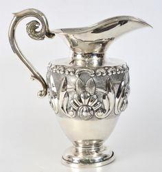 Jarra de prata Sterling 925, bojo relevo com motivo de flores e folhas, alça em voluta com arremate