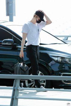 *☆°~Angels will fly to the moon~°☆* Min Yoongi Bts, Min Suga, Jimin, Kpop Fashion, Mens Fashion, Fashion Outfits, Airport Fashion, Daegu, Rapper