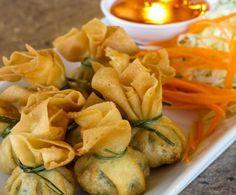 Piccoli appetizer ripieni, ideali per un aperitivo, questi fagottini racchiudono al loro interno un cuore morbido di verdure e formaggio.