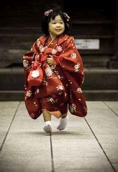 七五三 on Air by ramengas 写真共有サイト Smile! Little Girl Running in Red Kimono, Japan Kids Around The World, We Are The World, People Of The World, Geisha, Zhang Ziyi, Precious Children, Beautiful Children, Yukata, Japanese Beauty