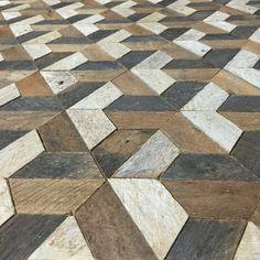 Esto es de una pieza de pared tipo que es 30,5 de ancho por 30,5 de alto y 1,5 de profundidad. El marco se hace del mismo material. Se puede colgar desde cualquier lado que usted elija. Esto podría también utilizarse como una mesa o mesita de noche si agrega las piernas. Está hecho de madera de listón reclamado que estaba originalmente dentro de una pared de yeso. La madera fue envejecida naturalmente a un lado y el otro absorbe algunos colores de la escayola. Mantuve el acabado natural y…