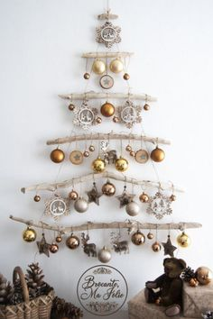 DIY ideas for Christmas decorations for the Christmas holidays! - Hello lovely Looking for a unique decor for Christmas This wall-mounted driftwood Christmas tree is ideal Driftwood Christmas Tree, Christmas Wall Art, Christmas 2019, All Things Christmas, Simple Christmas, Christmas Home, Christmas Holidays, Christmas Ornaments, Hello Holidays