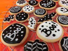 black and white monotone halloween cookies 白黒 モノトーン ハロウィン クッキー 水玉 ドット模様 コウモリ くもの巣 boo!