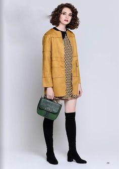 Горчичный пуловер, бежевое платье, зеленая сумка, черные ботильоны