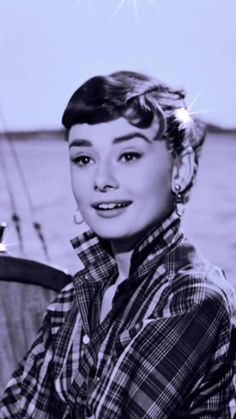 Audrey Hepburn Pictures, Audrey Hepburn Movies, Aubrey Hepburn, Audrey Hepburn Inspired, Sabrina Audrey Hepburn, Classic Hollywood, Old Hollywood, Princesa Margaret, Sabrina 1954