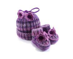 Gorro y botas en tonos violetas con flores
