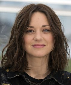 View yourself with Marion Cotillard hairstyles and hair colors. View styling steps and see which Marion Cotillard hairstyles suit you best. Brunette Bob Haircut, Dark Brunette Hair, Haircut Bob, Inverted Bob Haircuts, Choppy Bob Hairstyles, Trendy Haircuts, Bobs For Thin Hair, Wavy Bobs, Marion Cotillard Hair