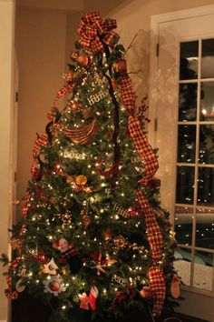 Gorgeous Country Christmas Tree......Could do this wide ribbon treatment with my current decorations - might use burlap ribbon for mine (?)