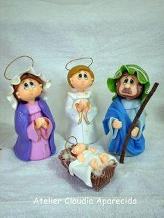 """SAGRADA FAMÍLIA COM ANJINHO  Feitos em biscuit, com caracteristica infantis  Acompanha sua oração  Oração da Sagrada Família:  """" Senhor Jesus Cristo,  Vós restauraste a família humana , restabelecendo a primitiva unidade, vivendo com Maria, Vossa Mãe, e São José, o pai adotivo, durante 30 anos em Nazaré.  Afastai das famílias do mundo os males que as ameaçam.  Ajudai-nos a promover em nossas famílias, em todos os lares de nossa pátria, os sentimentos e os propósitos de união indissolúvel…"""