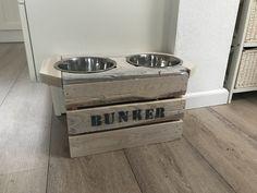 Honden voederstation van houten kistje