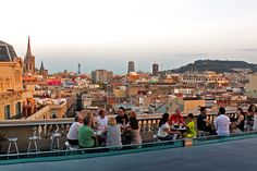 Looking for the best terraza bars in Barcelona? These rooftop bars are some of the coolest places to enjoy a drink in the hot summer months. Barcelona Rooftop Bar, Barcelona Guide, Shopping In Barcelona, Barcelona Travel, Barcelona Spain, Madrid, Best Rooftop Bars, Cheap Things To Do, France
