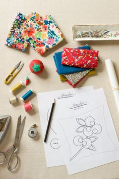 Tutorial and printable templates for patchwork pillow pillow by Anna Joyce. So fun!