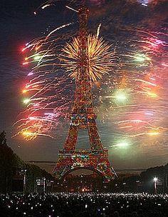 La tour Eiffel sous les feux d'artifice !