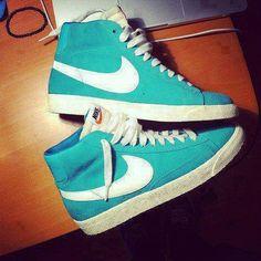 Baskets. Nikes Bleu.