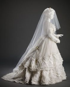 Wedding Gown c.Wedding Gown, Cincinnati Museum of Art. - The white wedding gown is a recent phenomenon with a fascinating history -- read about the intriguing history of wedding gowns at All That Is Interesting! Vintage Outfits, Vintage Gowns, Vintage Mode, Vintage Bridal, Antique Wedding Dresses, Vintage Hats, Dress Vintage, Vintage Clothing, Tulle Wedding Gown