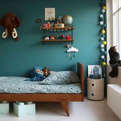 """Tadaaaam ! Je suis totalement IN LOVE du nouveau coin dodo de mon Ugo en #Vardo de @farrowandball ! J'ai chiné pour lui un lit ancien il y a qq semaines et je voulais vraiment le mettre en valeur. Cette variante du bleu canard que j'aime tant est profonde et chaleureuse, énorme coup de coeur! ( Avec une touche du """"Dijon"""" moutarde de la @lacerisesurlegateau_annehubert ça pourrait être encore plus joli non? ) Vous aimez? Ugo, lui, adore! #myfavouritenewcolour #bedroom #kids #lacerisesurle...."""