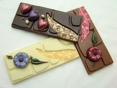 Lovely, I Wanna have one of this too. Homemade Chocolate Bars, Chocolate Candy Recipes, Chocolate Bar Wrappers, Chocolate Coins, Artisan Chocolate, Chocolate Sweets, Chocolate Packaging, Chocolate Bark, Chocolate Shop