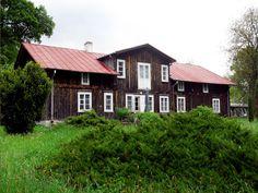"""Dworek Chełmońskiego w Kuklówce Zarzecznej. W 1889 r. po powrocie z Paryża skromny drewniany dworek w Kuklówce kupił znany malarz realista Józef Chełmoński (1849-1914). Mieszkał tu aż do śmierci i namalował wiele słynnych dziś obrazów, m.in. """"Bociany"""", """"Przed burzą"""", """"Orkę"""". Obecnie we wsi znajduje się pomnik artysty, a dworek jest własnością jego spadkobierców."""