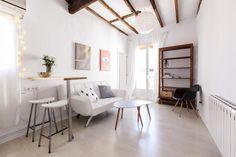 Visitamos un piso en Madrid de 21 m2, en el que se ha aprovechado la altura de los techos para multiplicar el espacio. Es el hogar de Alberto Bravo, la mitad del dúo de tejedores de 'We are Knitters'.
