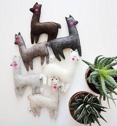 Kaktus und Lamas, Lama, Geschenke, Alpaka-Plüsch. Dieses Angebot ist für ein Lama Spielzeug oder ein Lama + vier Kaktus. Kombinieren Sie Kaktus und Lamas in Farben, die Sie, eine super süße Girlande, Kinderbett mobil zu machen möchten oder Dekore. Perfekte Baby-Dusche Partei