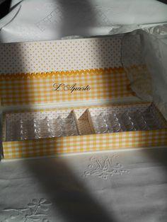 Boite pour canettes. Cartonnage en tissus vichy et pois jaune à l'intérieur et lin blanc pour l'extérieur.