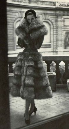 fur would never be worn nowadays. 1950 Jacques Griffe How to Create a Vintage Style Home Decor Vin Vintage Glamour, Vintage Beauty, Fur Fashion, 1950s Fashion, Vintage Fashion, Sporty Fashion, Womens Fashion, Dress Fashion, Moda Vintage