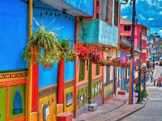 Guatape, Colombia: we visited this town in Aug. Really this pretty! The town is famous for the colorful murals on the bottom of each of the houses that tell a story. Visit Colombia, Colombia Travel, Travel Around The World, Around The Worlds, World Street, Street Art, Little Gardens, Travel Box, Paisajes