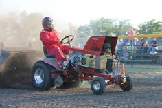 Steve Pierce hangs on to his 'Buzzards Roost' tractor, at the LSGTPA event in Blue Ridge, Texas. John Deere Decals, Garden Tractor Pulling, Truck And Tractor Pull, Truck Pulls, Metal Projects, Blue Ridge, Cubs, Tractors, Lawn