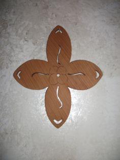 Croce traforata con disegno a personalizzato.