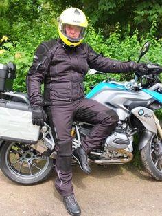 Endlich Sommer: Gut gerüstet für die große Tour. Gelber Helm als Kontrast zu dunkler Kleidung