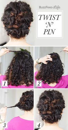 Enrolla dos pequeñas secciones de cabello arriba y alrededor de la parte trasera de tu cabeza para lograr este estilo ~sofisticado~.