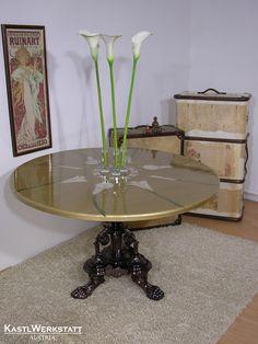Tisch Bella - ein alter Holztisch hat neuen Goldglanz und Callablüten als Deko bekommen Dining Table, Salzburg, Furniture, Home Decor, Old Wood Table, Asylum, Decorating, Upcycled Crafts, Homemade Home Decor