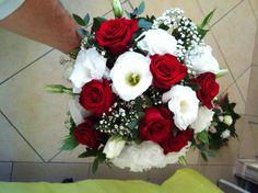 Bouquet de mariée rond rouge et blanc 60 euro. Prom Bouquet, Bride Bouquets, Red Wedding, Floral Wedding, Wedding Flowers, All Flowers, Bridal Boutique, Red Roses, Marie