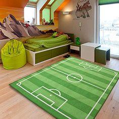 Recrea las jugadas del Clásico en esta maravillosa alfombra con forma de campo de fúbol. Materiales seguros, espesor suficientey cuidado de la piel del bebé. Fácil de limpiar.