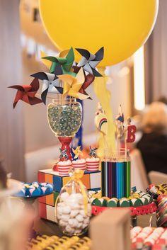 Pipa, bolinhas de gude, pião, catavento, urso de pelúcia... Os brinquedos de antigamente são realmente um encanto! Eles fazem parte da decoração do quarto do Benício e a mamãe teve a ideia de fazer deles um tema para a festinha de 1 ano do seu... Baby Boy Birthday, 3rd Birthday, Birthday Parties, Toys Land, Colorful Party, Baby Party, House Party, Vintage Toys, Party Themes