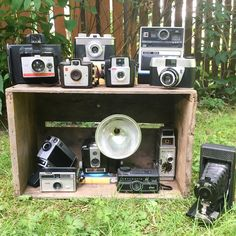 Online vintage shopping in Canada! Vintage decor, housewares, accessories and more! Retro Clock, One That Got Away, Vintage Cameras, Vintage Home Decor, Radios, Vintage Shops, Clocks, Old Things, Vintage Fashion