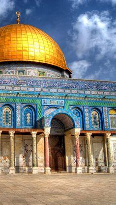 a jeruzsálemi Sziklatemplom a legrégebbi iszlám emlékmû. hatalmas arany kupolája és részletgazdagsága minket minden alkalommal lenyûgöz :) #utazas #jeruzsalem