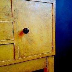Vintro kalkmaling er premium og superlettvint for maling av møbler! Utrolig holdbar, dekker på 1-2 strøk. Og ingen forbehansling som pussing eller sliping er helt perfekt! Fremgangsmåte for samme look som kommoden m.fl. #vintrokalkmaling #kalkmaling #kommode #møbelmaling #malemøbler #vintage #redesign #gjenbruk #diy #gul #forhandler